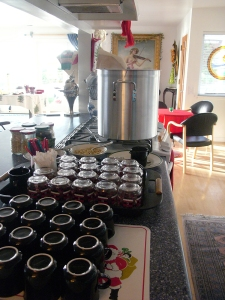 Countdown until guests arrive. Gløgg warm, glass cups, raisins and almonds ready.